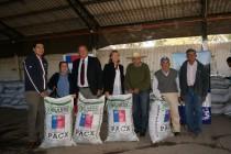 Entregan cubos de alfalfa a 127 crianceros de Vicuña para paliar los efectos de la sequía