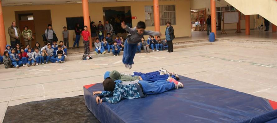 Buscan fomentar el deporte en estudiantes con entrega de indumentaria a colegios