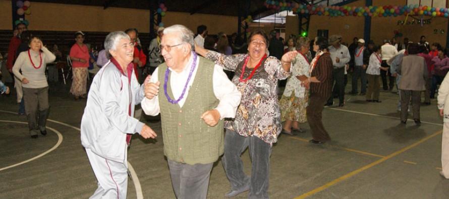 """Adultos mayores celebraron """"Pasamos Agosto"""" con gran fiesta en el Estadio Techado de Vicuña"""