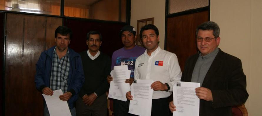 Con firma de contrato comienza a concretarse cierre perimetral de cancha de Villaseca