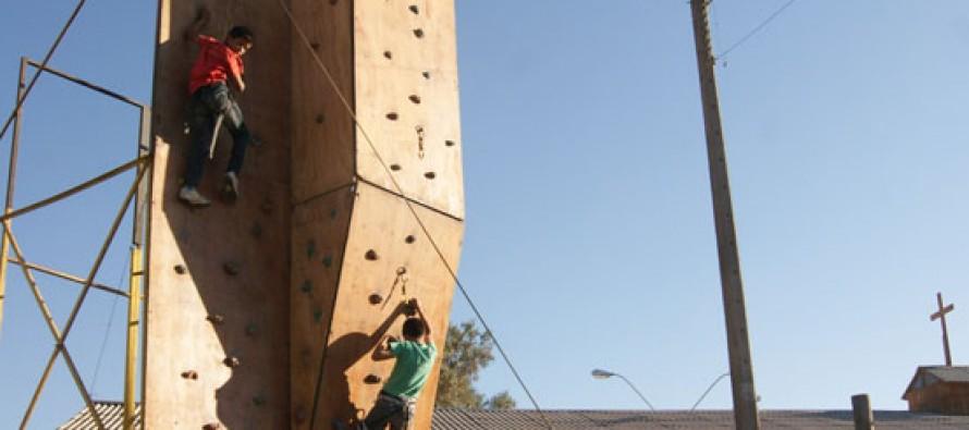 """Vecinos de """"La Estación"""" diversifican la práctica del deporte a través de un muro de escalada"""