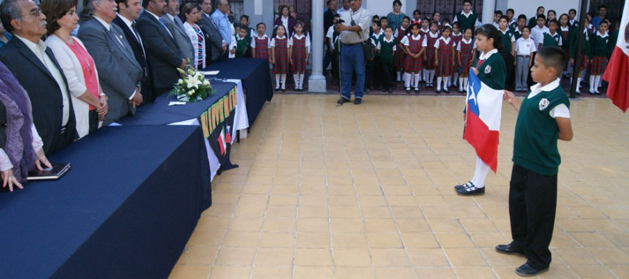 En escuela mexicana instalan placa de agradecimiento por rescatar figura de Gabriela Mistral