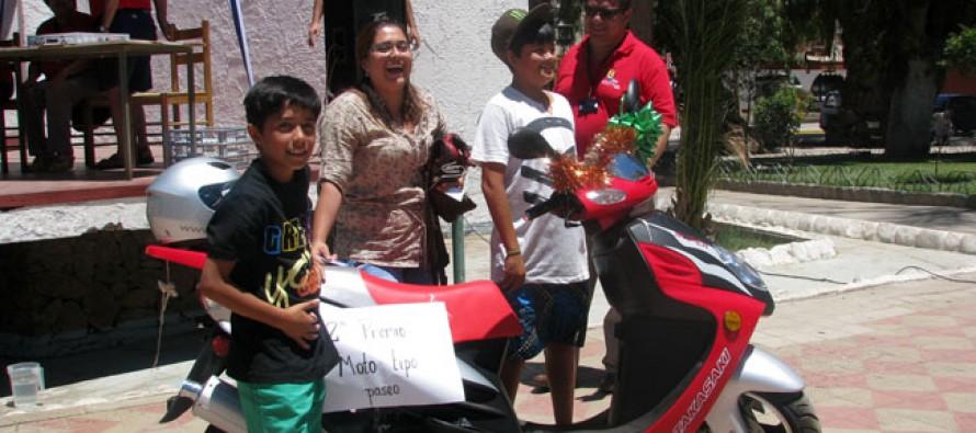 Dos mujeres fueron las ganadoras del auto y la moto sorteadas por Amigos del Padre Fidel