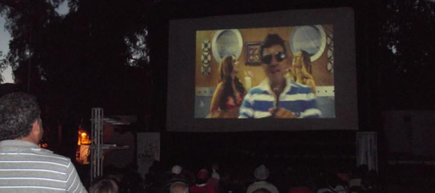 Con éxito se desarrolló la Noche del Cine en plaza de armas de Vicuña