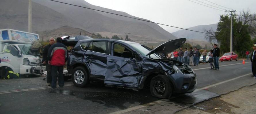 Choque de tres vehículos en sector de San Isidro deja a dos heridos de consideración