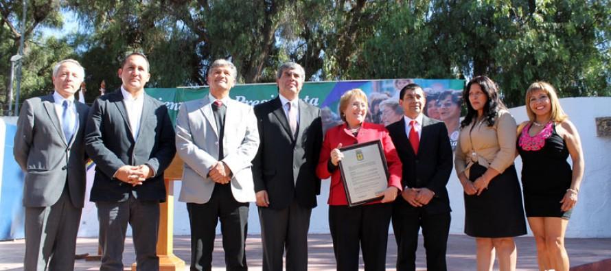 Con una plaza repleta de vecinos Michelle Bachelet recibió decreto de Visita Ilustre