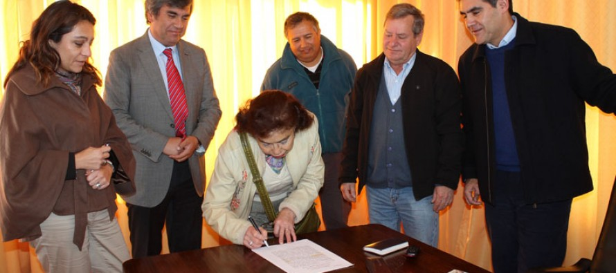 Firman ante notario compra-venta de terreno para el comité de allegados de El Tambo