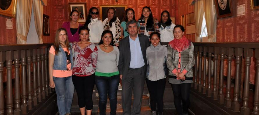 Primer contingente militar femenino de Isla de Pascua visita el valle del Elqui