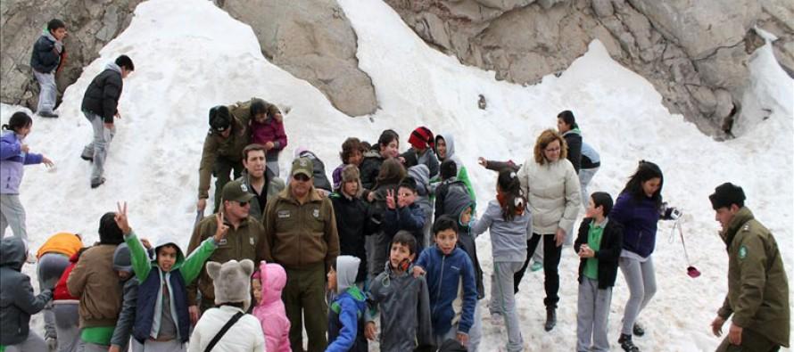 Niñas y niños elquinos conocen la nieve a través de gestión de carabineros y municipalidad
