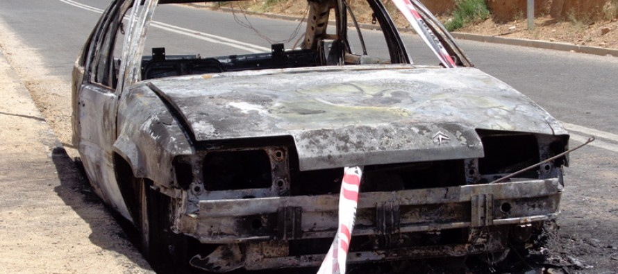 Automóvil resulta totalmente quemado debido a cortocircuito en su sistema eléctrico