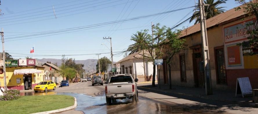 Buscan solución a derrame de agua en las calles de Vicuña a través de entubamiento de canales