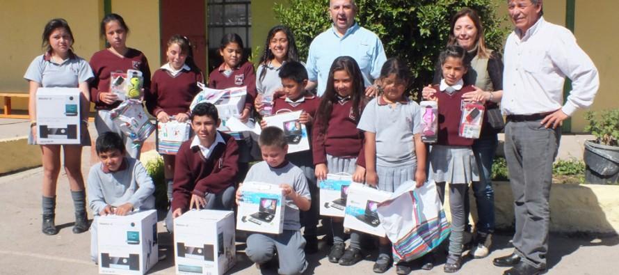 Minera Linderos destaca a estudiantes con excelencia académica de escuela de Marquesa