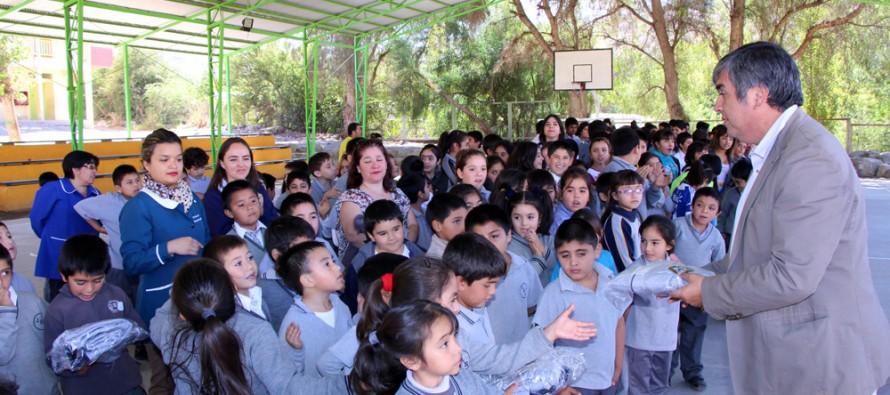 Estudiantes municipales de la comuna recibieron buzos institucionales al comenzar su año escolar