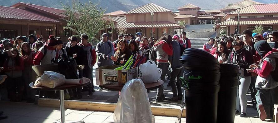 Centro de Alumnos de Liceo Mistraliano recibe materiales para actividades de aniversario