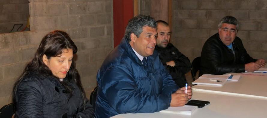 Club Peñarol y vecinos de Gualliguaica proyectan trabajo junto al Seremi de Deportes