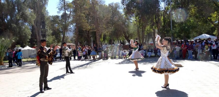 Campeones Nacionales Juveniles de Cueca realizan muestra en Plaza de Vicuña