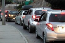 Largas filas de vehículos en Pisco Elqui y anuncian cortes de tránsito