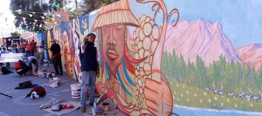 Agrupaciones desarrollan intervención cultural con pintado de mural en centro de Vicuña