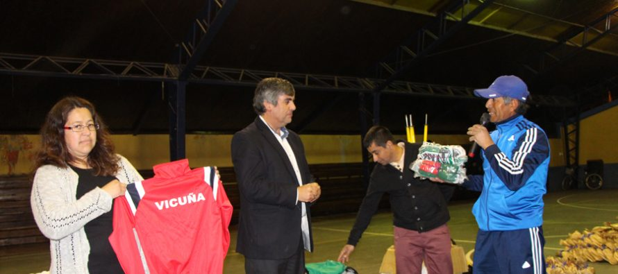 La escuela de futbol Nahuel Rojas de Calingasta cuenta con nueva indumentaria deportiva
