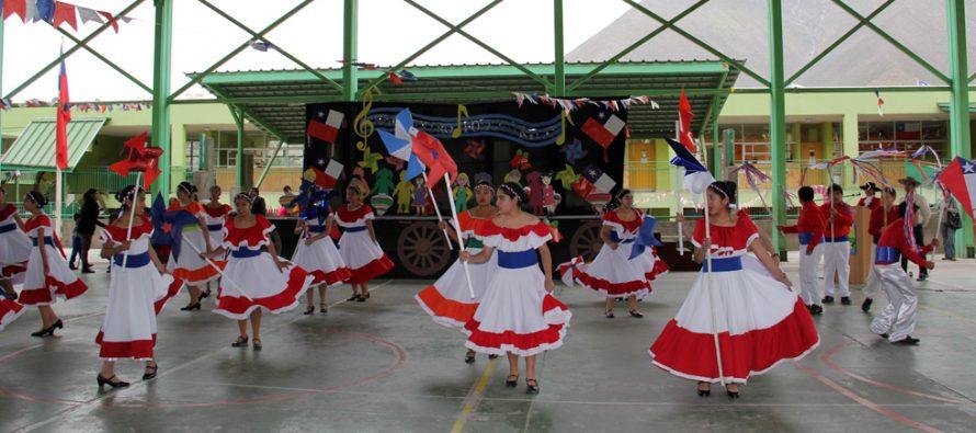 Estudiantes de Vicuña se reúnen en torno al folclore en la escuela de Peralillo