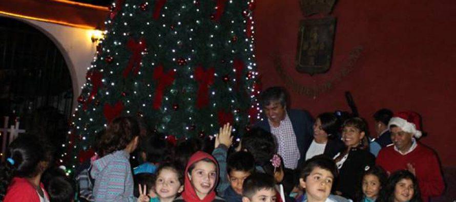 Ante la alegría de los niños encienden árboles navideños en Vicuña, Rivadavia y Calingasta