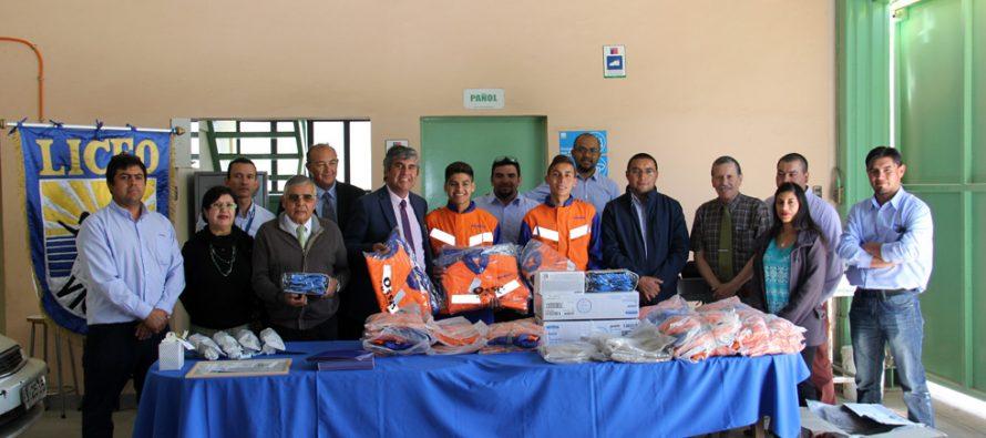 Empresa Komatsu entrega implementación a estudiantes del liceo Carlos Roberto Mondaca