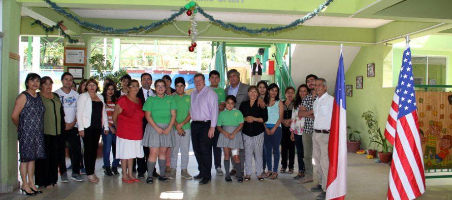 Embajada de EE.UU estrecha lazos con escuela de Peralillo con donación de libros