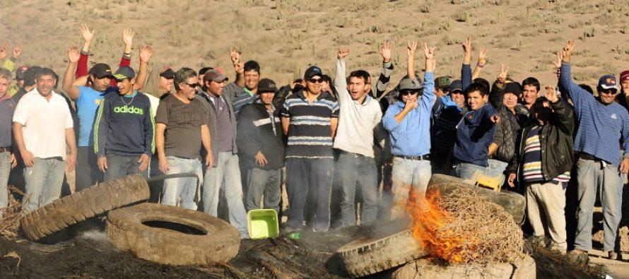 Ex trabajadores de Minera Linderos reciben el primer pago luego del acuerdo