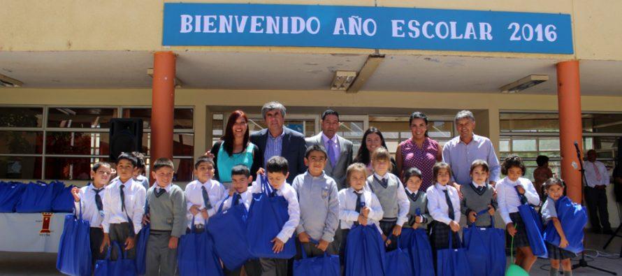Estudiantes de Vicuña inician el año escolar con kit de utiles escolares entregados por el municipio