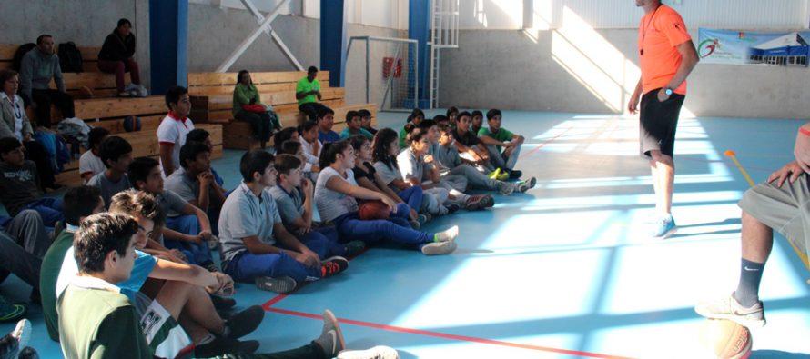 El basquetbolista Patricio Briones realiza clínica deportiva a estudiantes y profesores de Vicuña