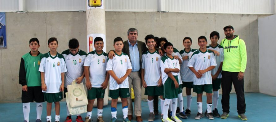 Con una inversión de 2 millones entregan uniformes de fútbol a las escuelas de la comuna