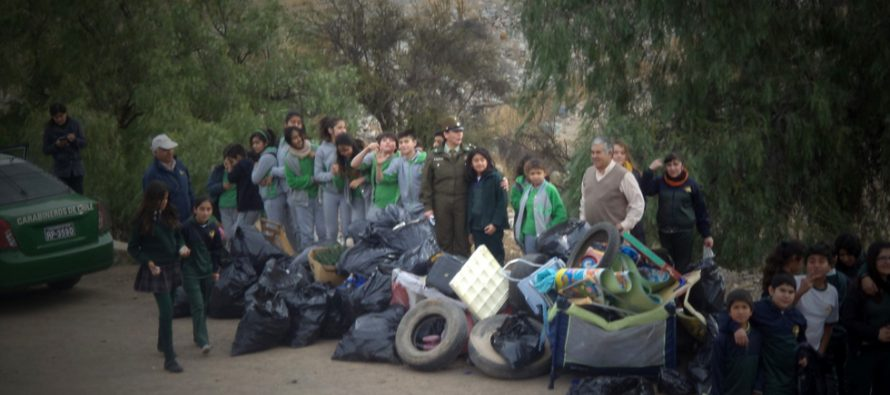 Carabineros y escolares de Vicuña se cuadraron con el medio ambiente