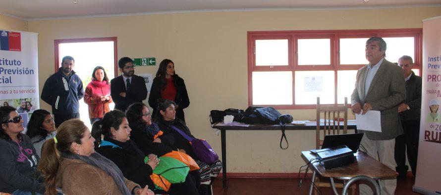 Realizan capacitación previsional a las mujeres de Gualliguaica