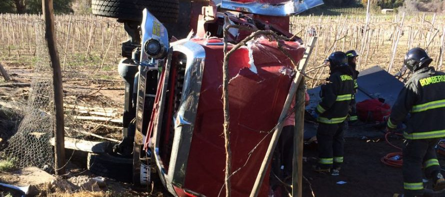 Volcamiento de camión aljibe de Bomberos de La Serena deja a dos voluntarios heridos graves