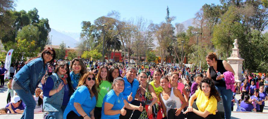 Alrededor de 600 mujeres bailaron zumba con Yamna Lobos en plaza Gabriela Mistral de Vicuña