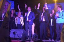 Mario Aros cerró su campaña con multitudinaria caravana y show artístico