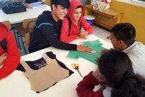 Estudiantes fabrican bolsas reutilizables con ropa en desuso en Algarrobito