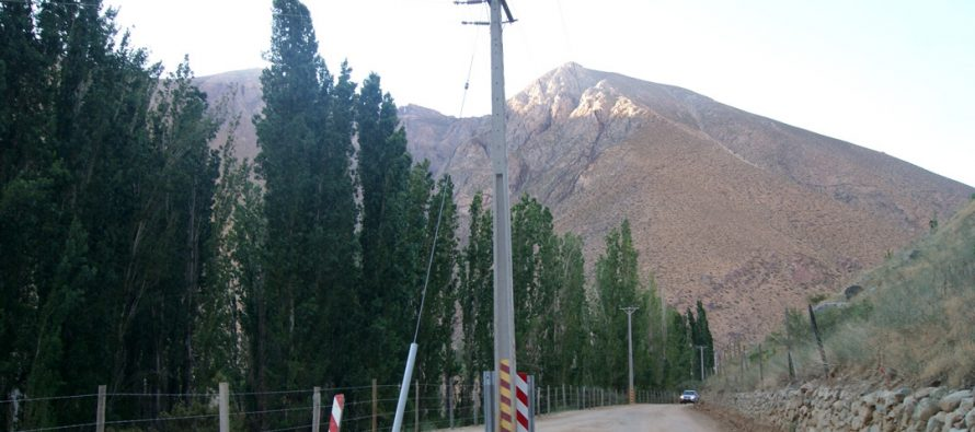 Denuncian poste del tendido eléctrico mal ubicado en las cercanías de Alcohuaz