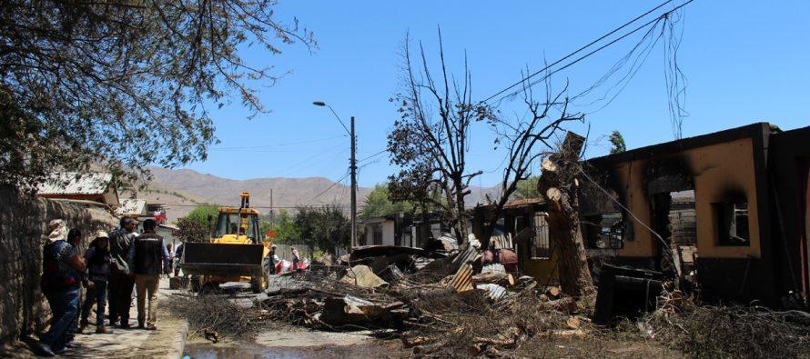Director regional del SERVIU visitó a las familias afectadas por el incendio en Vicuña