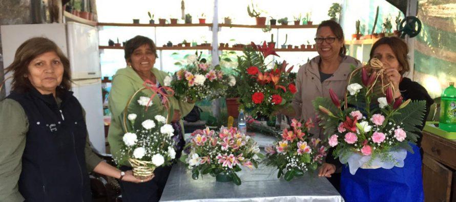 Floricultoras del sector rural de La Serena se interiorizan en técnicas para dar valor agregado a sus productos