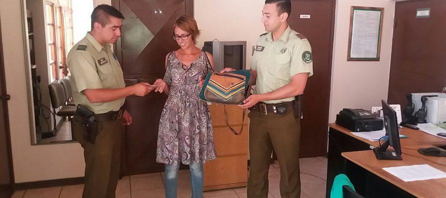 Carabineros devuelve cartera a turista trasandina que la extravió en Pisco Elqui