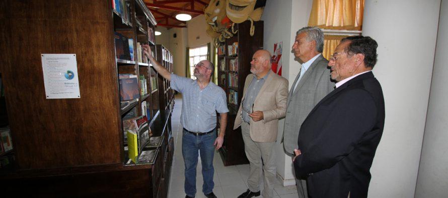 Libros de autores regionales serán parte de la biblioteca de Rawson