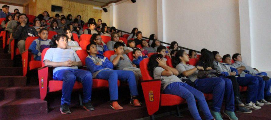 Con un gran marco de estudiantes comenzó el ciclo de documentales en el microcine de Vicuña