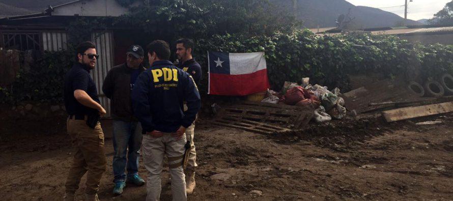 Detectives cooperan a remover el barro en la localidad de Marquesa