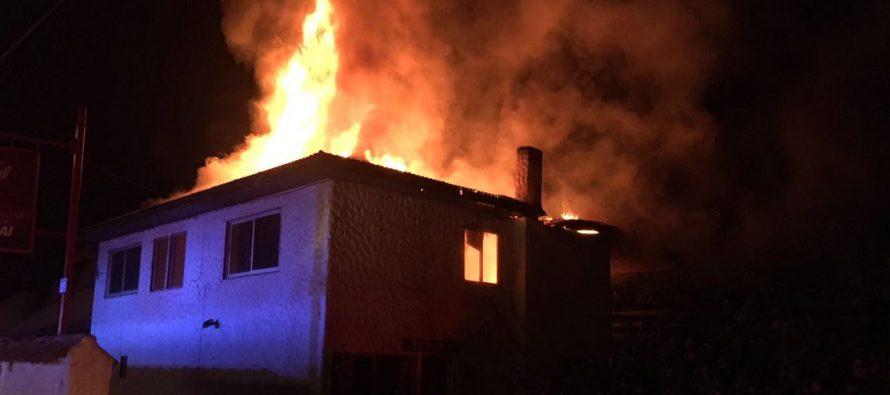 Incendio causa millonaria pérdida y consume parte de emblemática cabaña de Vicuña