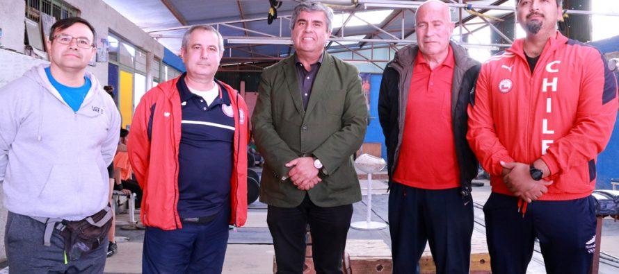 Entrenador de la Federación Chilena de Pesas visita a los jóvenes deportistas  de Vicuña