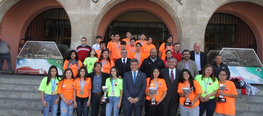 Campeones nacionales de pesas de Vicuña son reconocidos en el Gobierno Regional