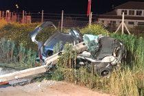 Un fallecido y un herido grave en choque de auto con poste en Quebrada de Monardez