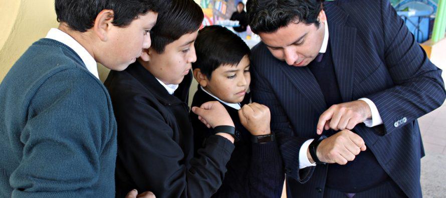 Más de 5 mil pulseras inteligentes contribuirán a bajar alto índice de obesidad en estudiantes