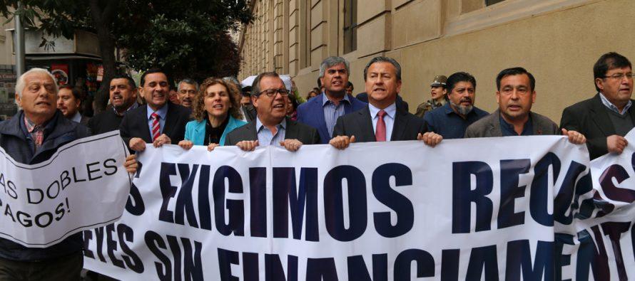 Alcaldes de todo el país realizaron marcha por presupuestos en Santiago